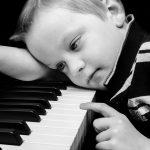 copil singur - pian - sfatulparintlior.ro - pixabay_com - people-315014