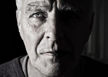 60 de ani - sfatulparintilor.ro - pixabay_com - face-984031_1920