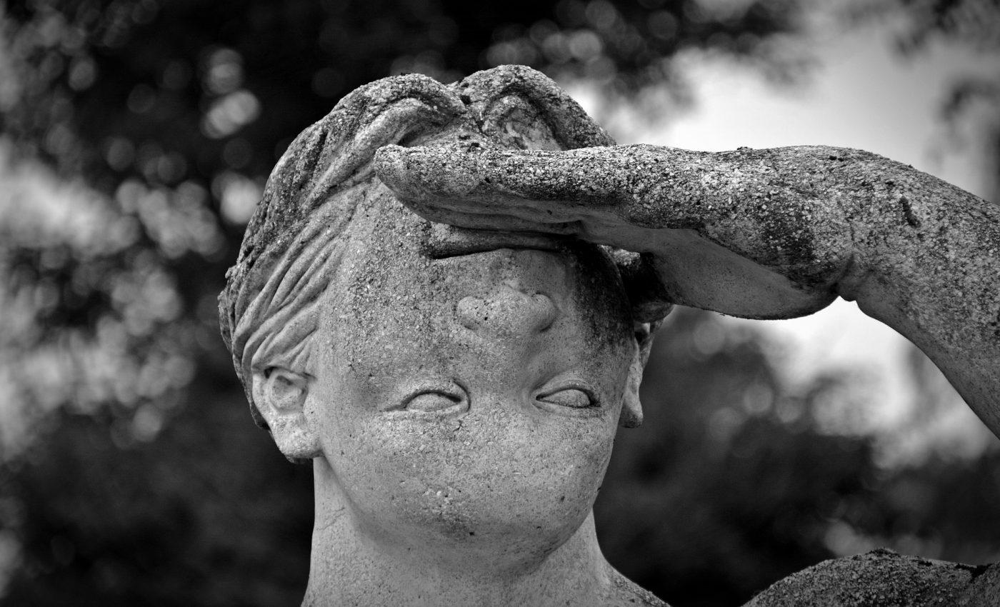corecti - sfatulparintilor.ro - pixabay_com - statue-1477830_1920
