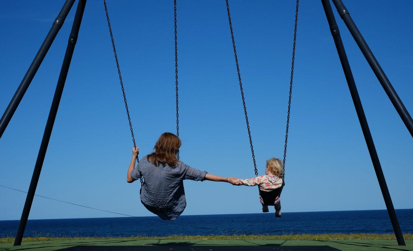 sa iubesti un adolescent - leagan copii joaca - sfatulparintilor.ro - pixabay_com - park-1188103_1920