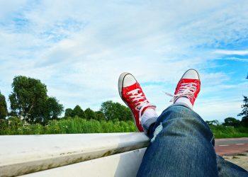 picior peste picior - sfatulparintilor.ro - pixabay_com -feet-1567104_1920