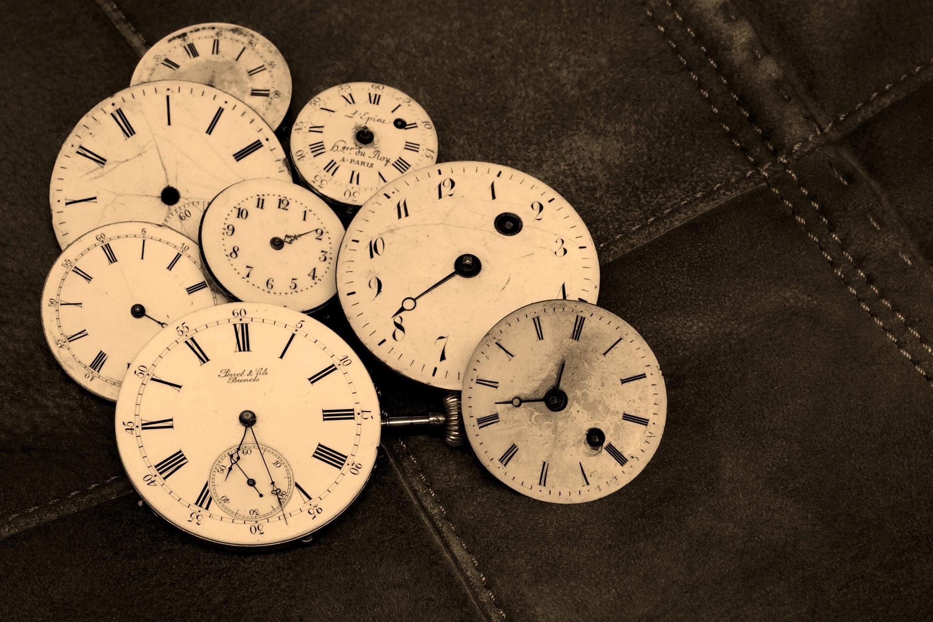 REGRETE BATRANETE - sfatulparintilor.ro - pixabay_com - watches-1204696