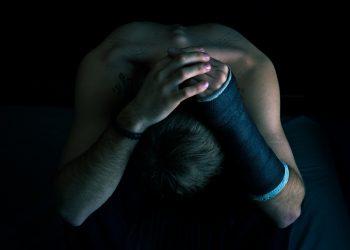 durere emotionala - sfatulparintilor.ro - pixabay_com - broken-arm-1221297_1920