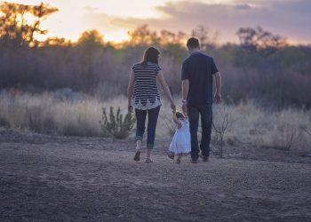 parinti copii - sfatulparintilor.ro - pixabay_com - family-2485714_1920