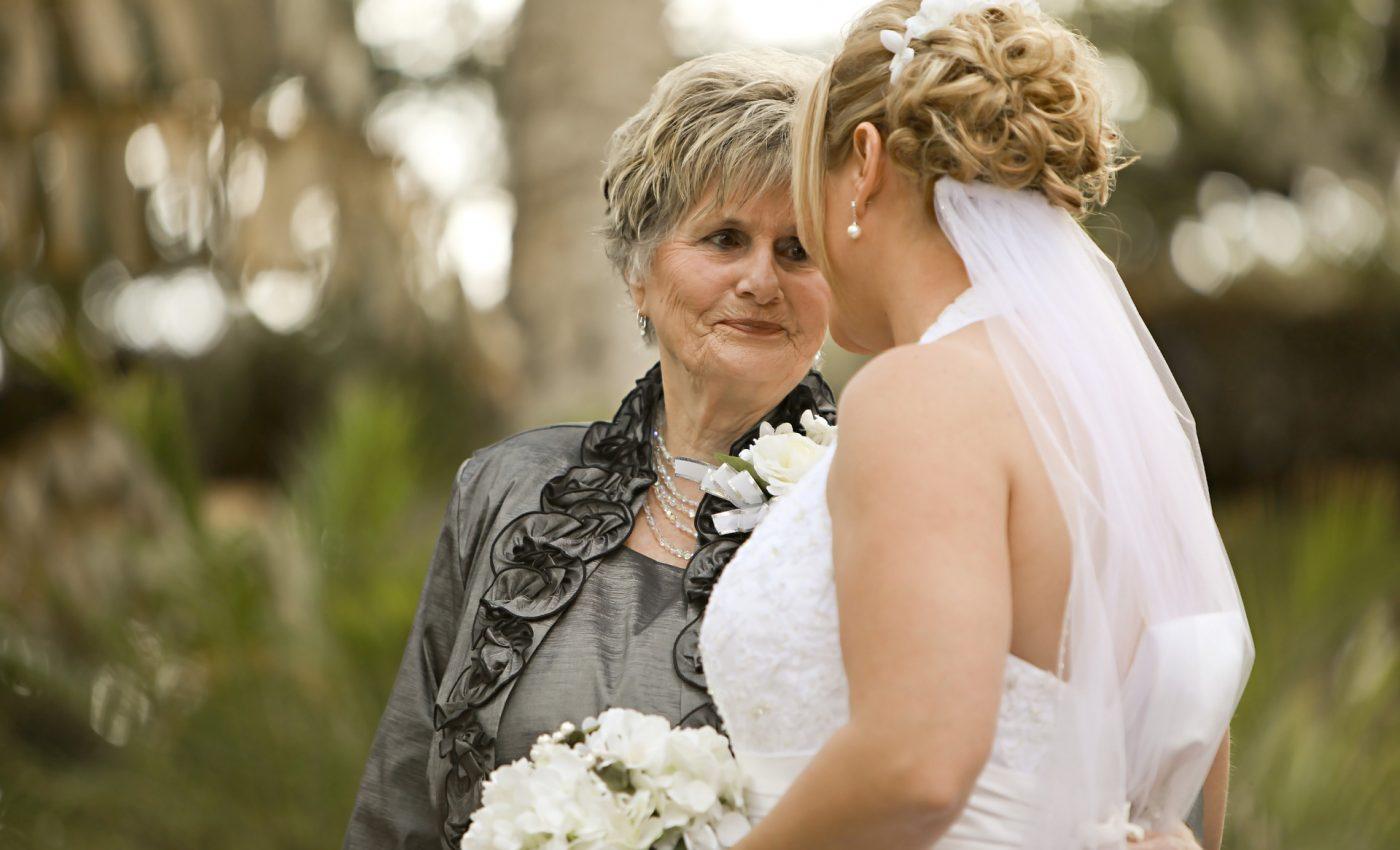 bunica - nunta - mireasa - sfatulparintilor.ro - pxiabay_com - bride-663206_1920