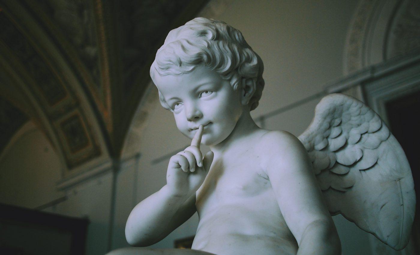 ingeri pazitori - sfatulparintilor.ro - pixabay_com - sculpture-1225487_1920
