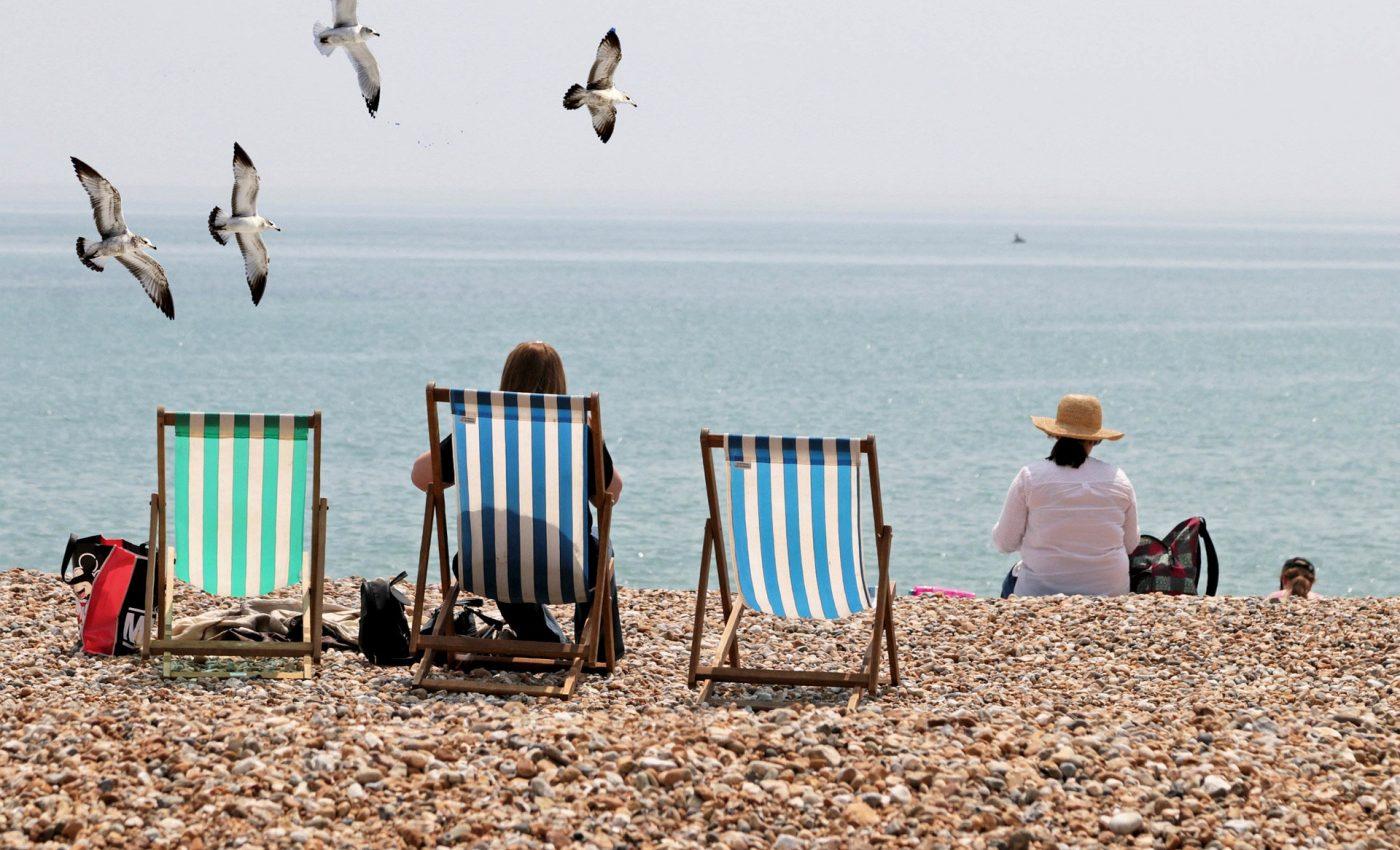 Ghid de supravieţuire în caniculă - sfatulparintilor.ro - pixabay_com - deck-chairs-4775440_1920