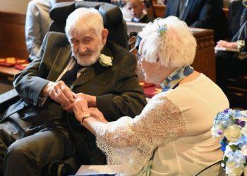 O femeie de 95 de ani s-a casatorit cu un barbat la nunta caruia fusese domnisoara de onoare. Cei doi s-au reintalnit la inmormantarea sotiei barbatului. Au trecut 66 de ani de la prima intalnire dintre Margaret Husband si Bernard Brice.