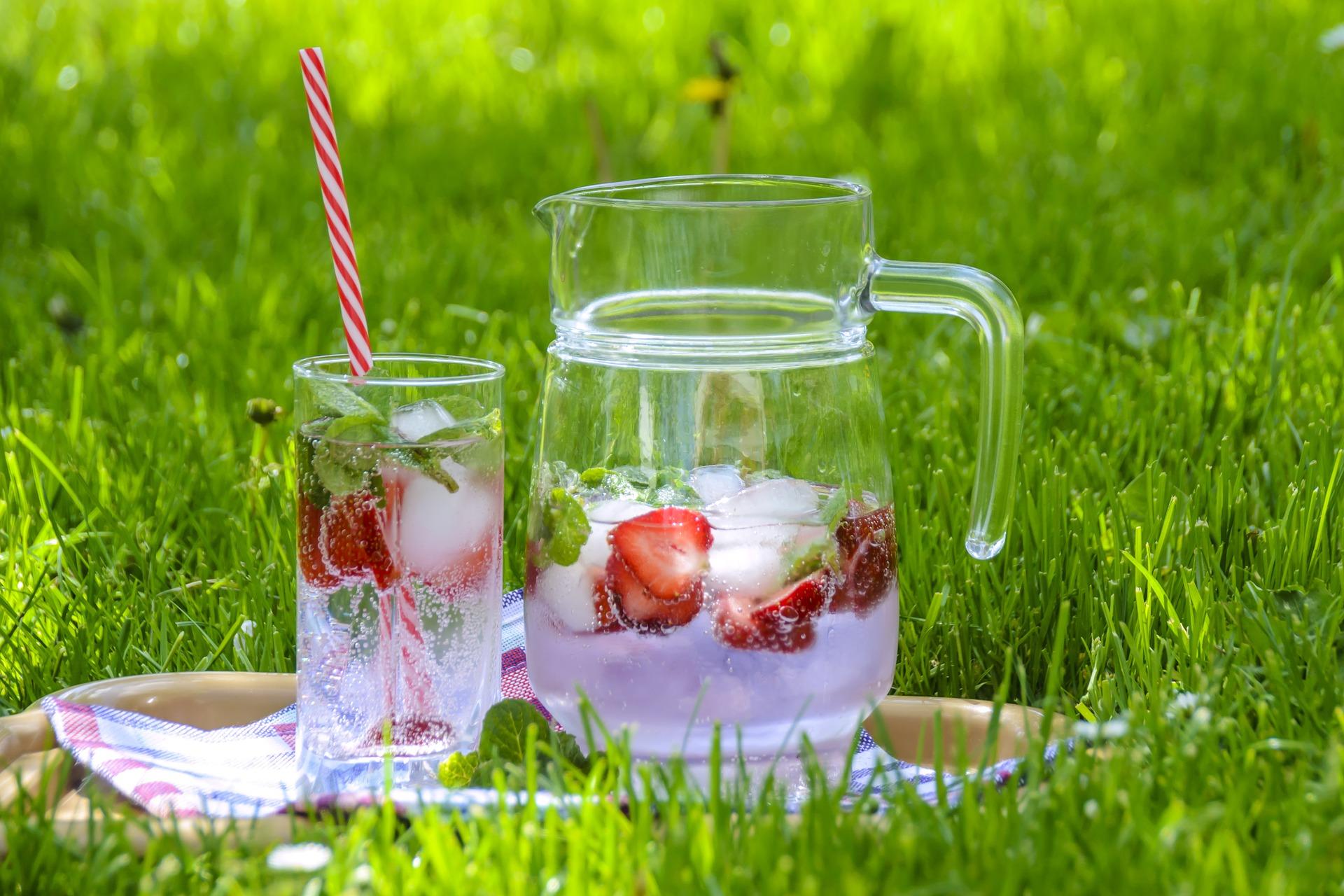 apa calda sau apa rece - sfatulparintilor.ro - pixabay_com - strawberry-drink-1412313_1920