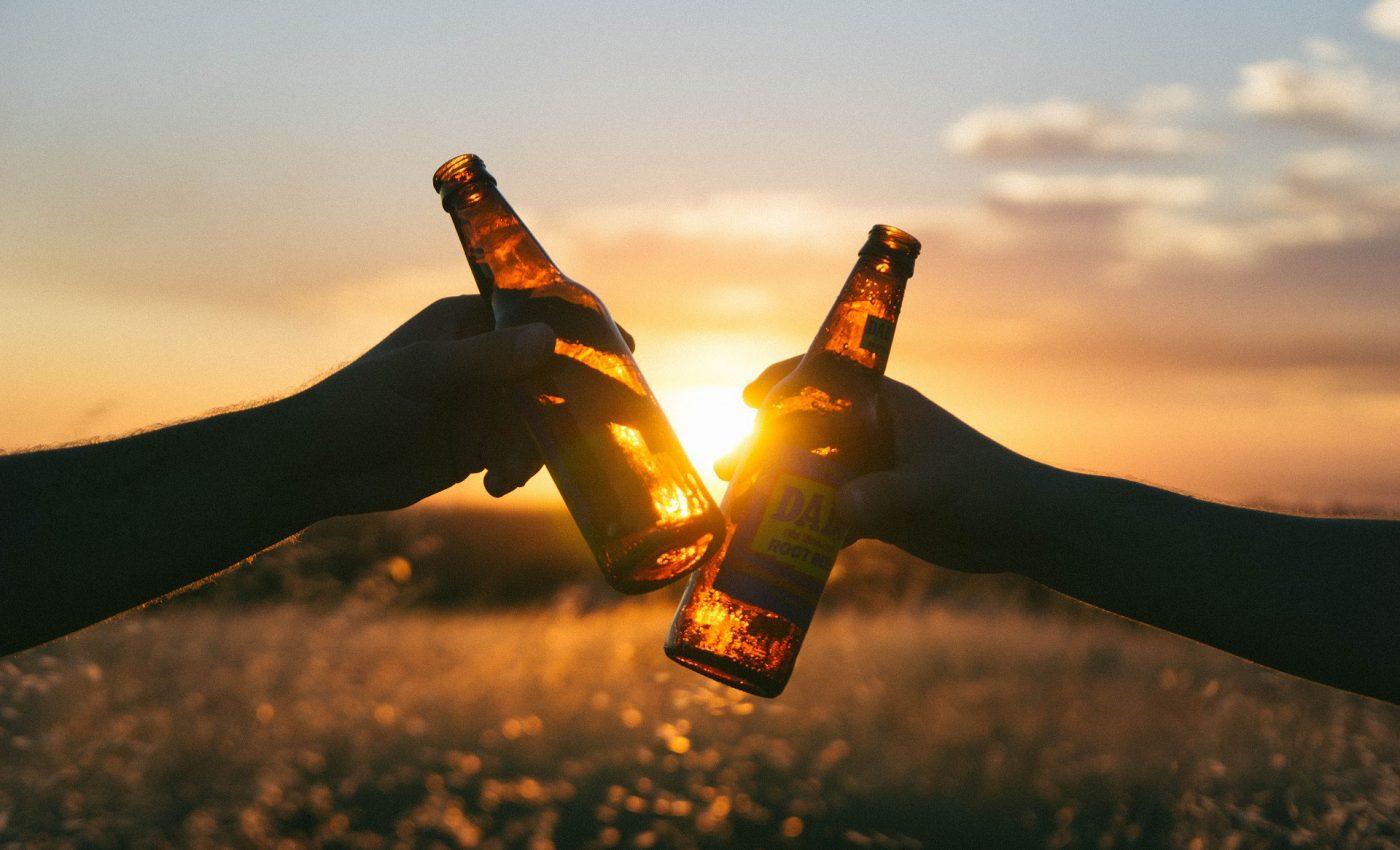beneficii bere - sfatulparintilor.ro - pixabay_ com - cheers-839865_1920