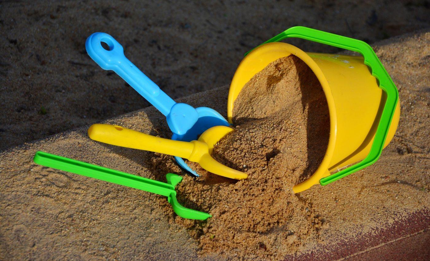 loc de joaca - sfatulparintilor.ro - pixabay_com - sand-2148440_1920