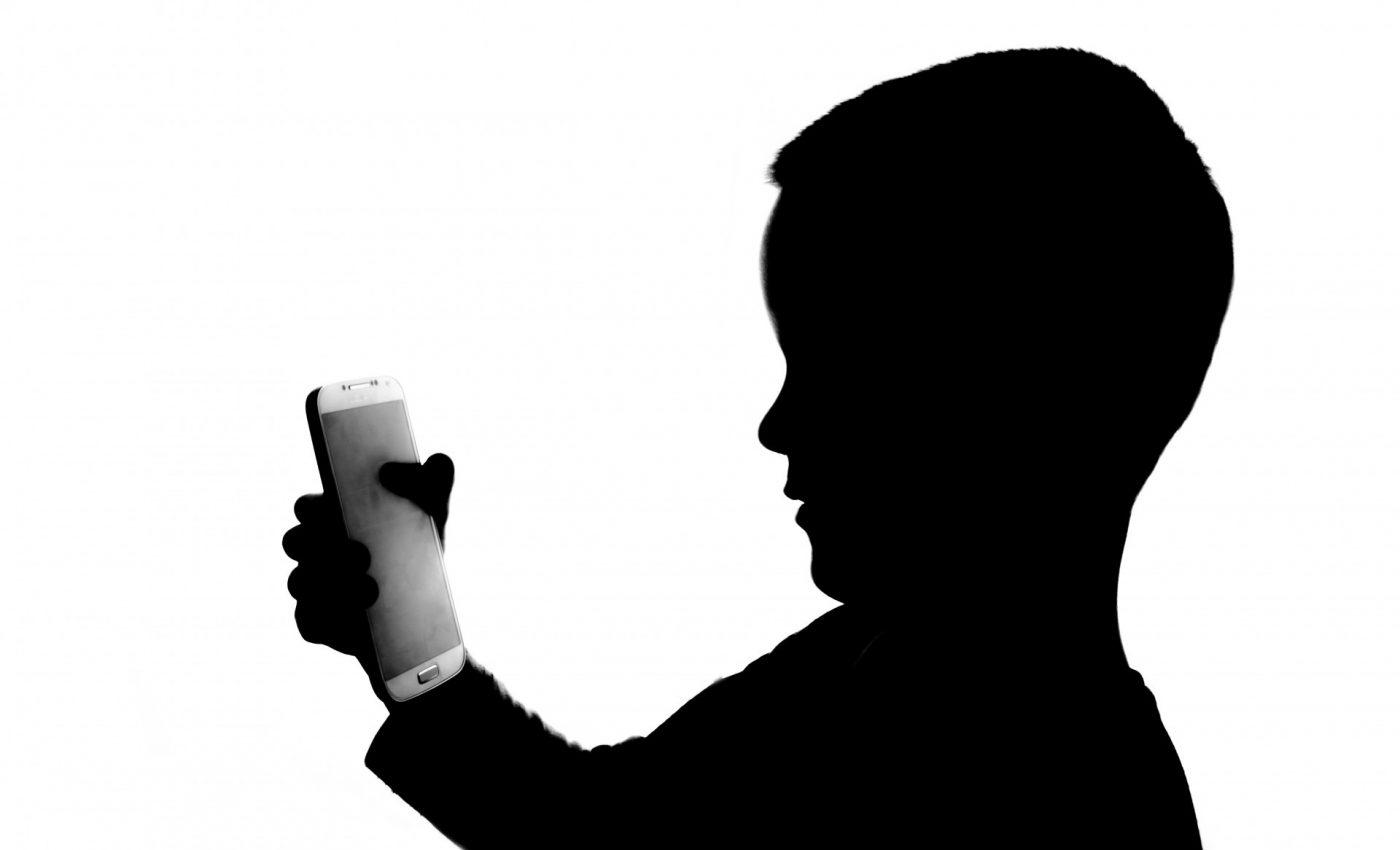 Cum te simti cand esti la masa cu cineva, iar acesta sta mai tot timpul pe telefonul mobil, vorbind sau scriind mesaje? Prost? Ignorat? Trist?
