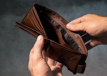 Uiti pe unde isi lasi portofelul? Speli hainele cu bani in ele? Iata 7 greseli din viata de zi cu zi care te fac sa pierzi bani