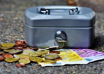 bani buget - sfatulparintilor.ro - pixabay_com - cashbox-1642989_1920