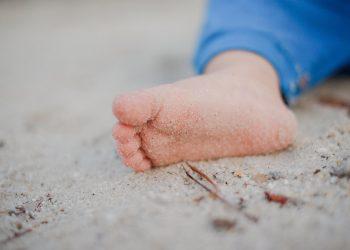 gura mana picior - sfatulparintilor.ro - pixabay-com - baby-1845883_1920