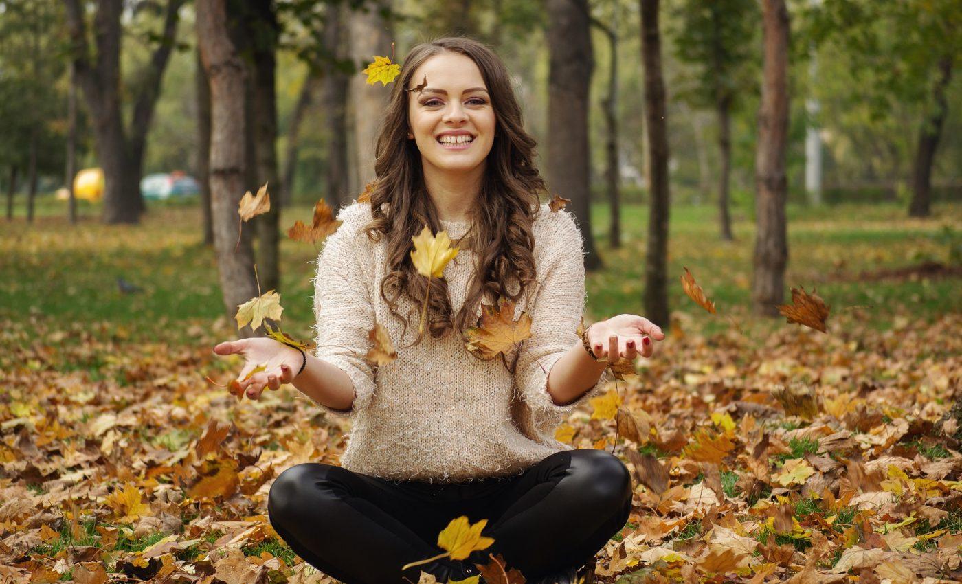 octombrie - sexy toamna - sfatulparintilor.ro - pixabay_com - beautiful-girl-2003650_1920