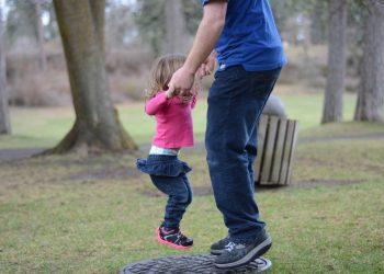 parinti copii - sfatulparintilor.ro - pixabay_com - jump-2524300_1920