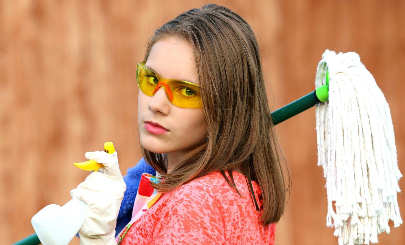 curatenie la domiciliu - sfatulparintilor.ro - pixabay_com - girl-1531575