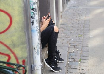 mesaj avertizare copii parinti - adolescenti telefon - sfatulparintilor.ro - pixabay_com - girl-518517_1920