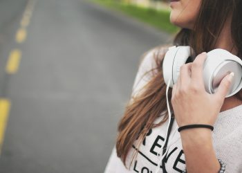 muzica stare de spirit - casti - sfatulparintilor.ro - pixabay_com - girl-869213