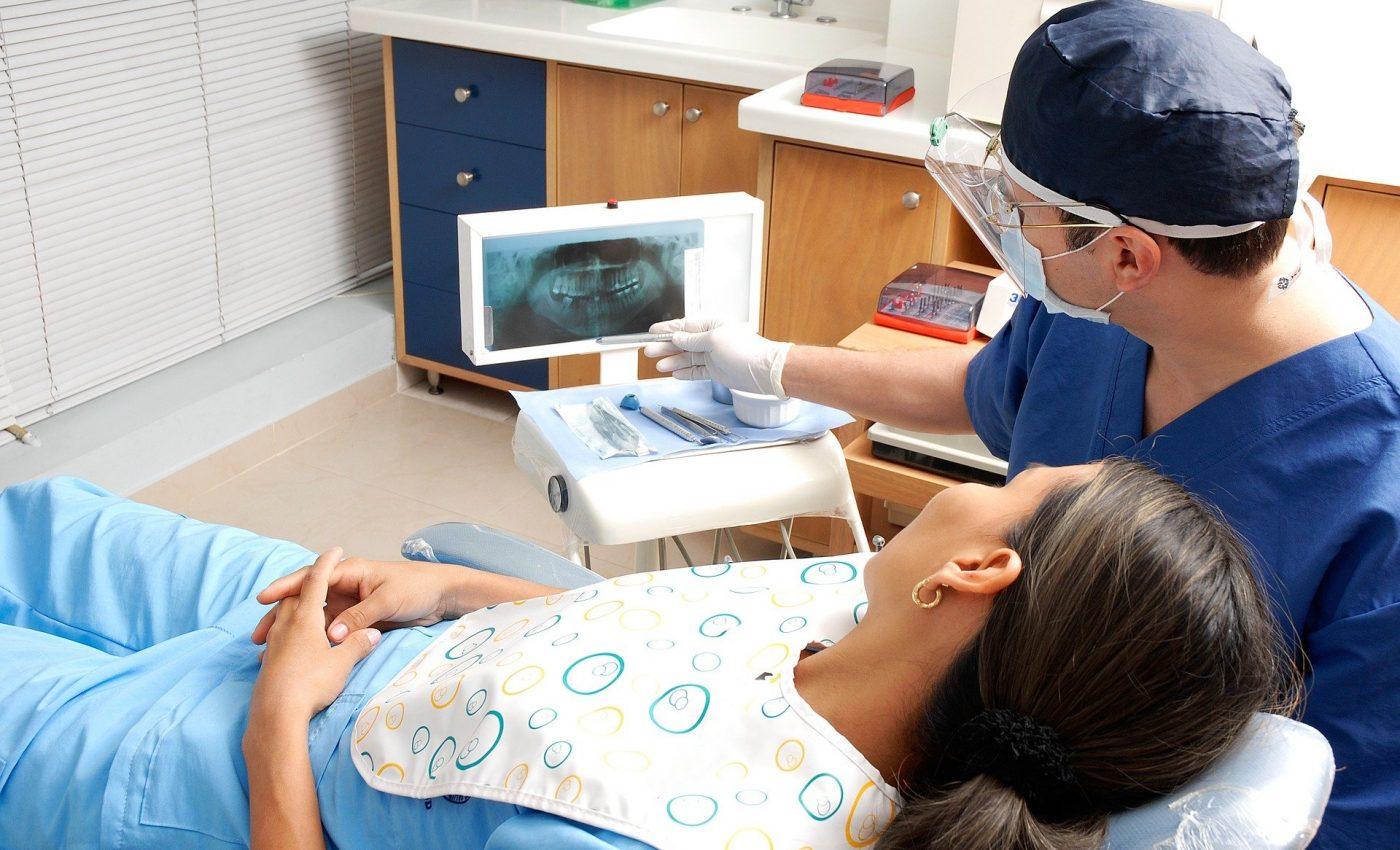 remedii naturiste dureri de dinti - sfatulparintilor.ro - pixabay_com - dentist-1639683_1920