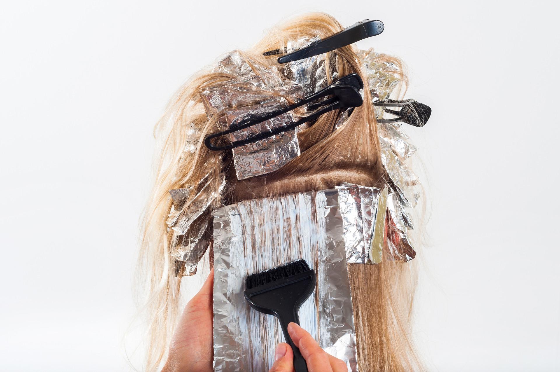 vopsit par - fire de par alb - sfatulparintilor.ro - pixabay_com _ hair-1744959_1920