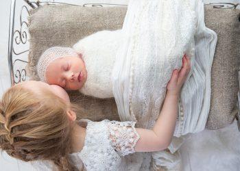 Cum sa inveti bebelusul sa adoarma singur- sfatulparintilor.ro - pixabay_com - sisters-4147351_1920