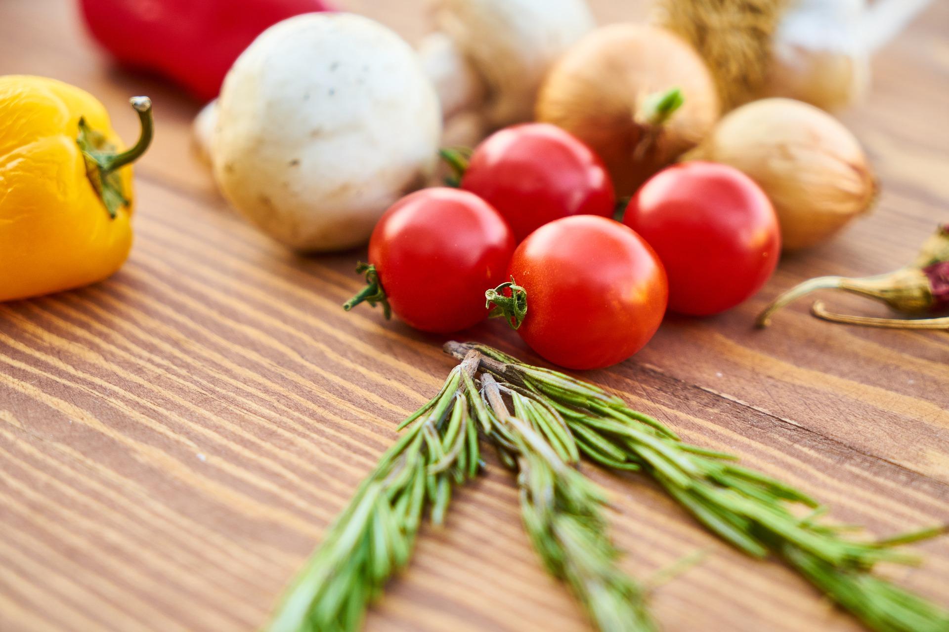 curatare colon - sfatulparintilor.ro - pixabay_com - tomato-2802226_1920