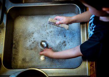 curatenie copii - sfatulparintilor.ro - pixabay_com - washing-dishes-1112077_1920