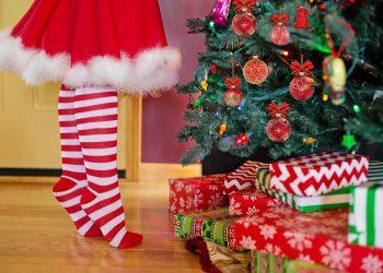 traditii de craciun - sfatulparintilor.ro - pixabay_com - decorating-christmas-tree-2999722_1920