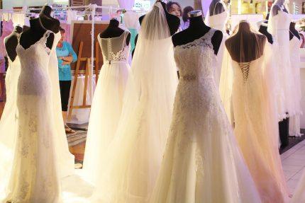 rochii de mireasa - probeaza -sfatulparintilor.ro - pixabay_=wedding-dress-646290_1920