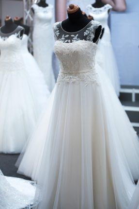rochii de mireasa - zi de munca - sfatulparintilor.ro - pixabay_com - salon-of-wedding-dresses-1967312_1920