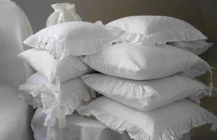 mobila dormitor - sfatulparintilor.ro - pixabay_com - pillow-2071096_1920