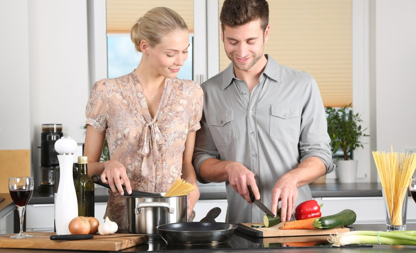 greseli din bucatarie - sfatulparintilor.ro - woman-kitchen-man-everyday-life-298926
