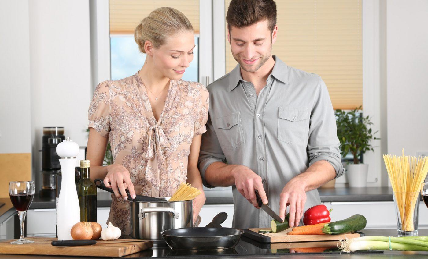 greseli din bucatarie - sfatulparintilor.ro - woman-kitchen-man-everyday-life-298926