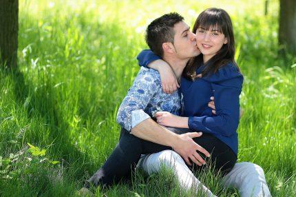 zborul imbratisare - sfatulparintilor.ro - pixabay_com - couple-1363953_1920