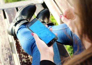dependent de telefonul mobil - SFATULPARINTILOR.RO - PIXABAY_COM - iphone-500291_1280