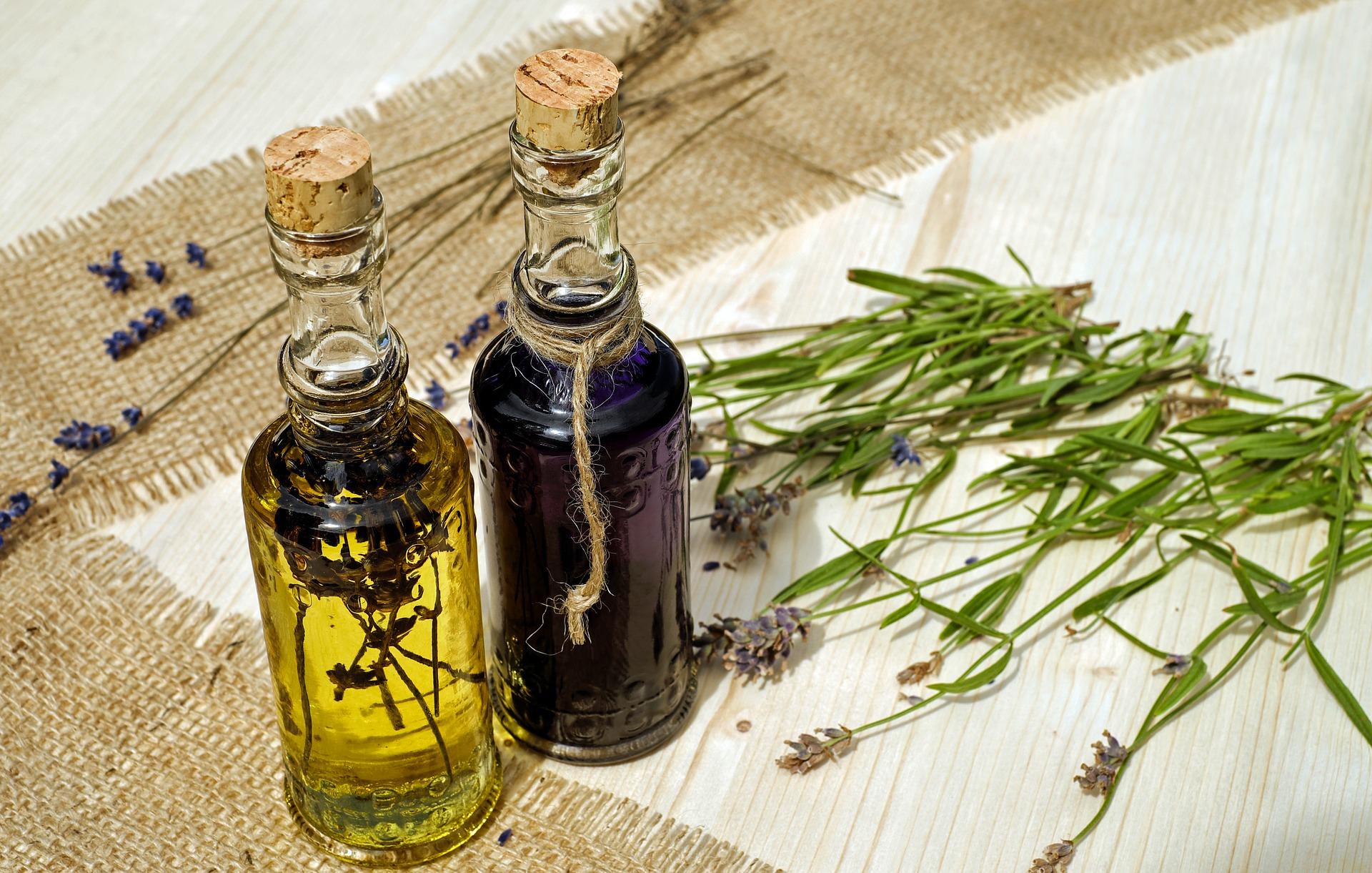 ulei esential de lavanda - sfatulparintilor.ro - pixabay_com - bath-oil-2510793_1920