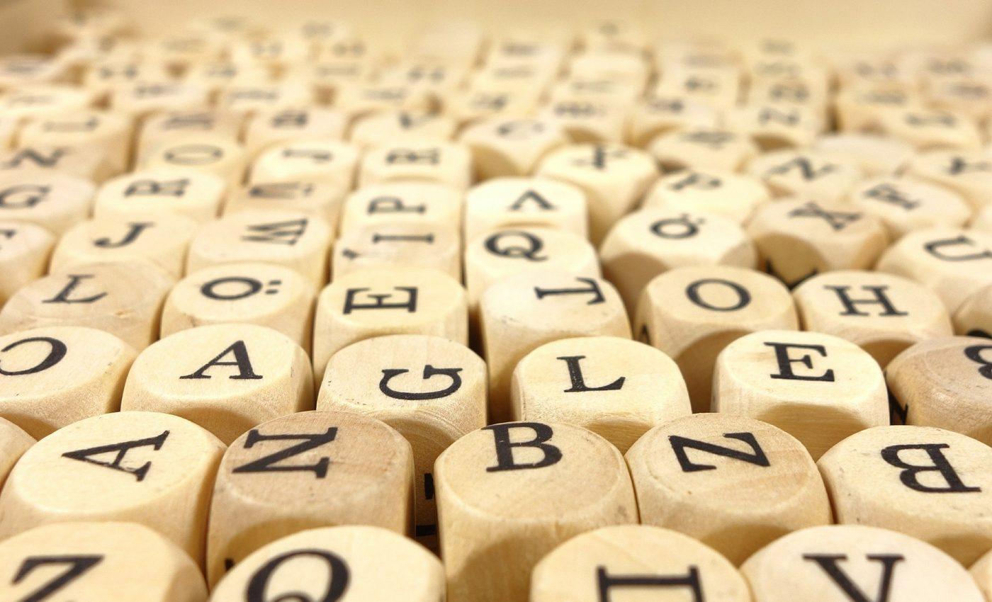 Cum e o persoana in functie de prima litera a numelui - sfatulparintilor.ro - pixabay_com - wood-cube-473703_1920