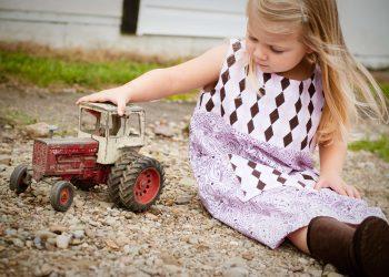 Ghid pentru alegerea jucariilor pentru copii - sfatulparintilor.ro - pixabay_com- child-girl-grass-189860