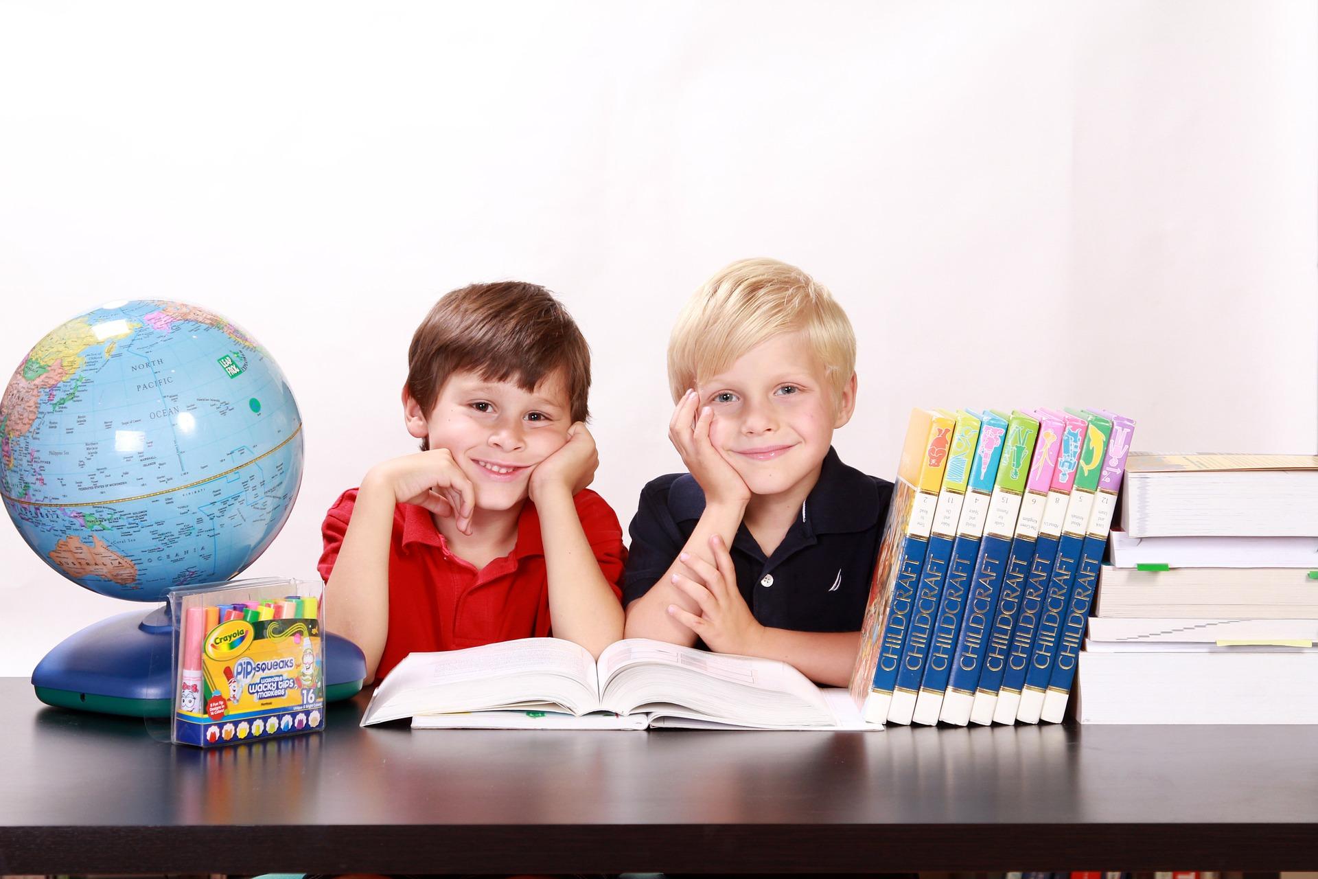 Jucării potrivite pentru cei mici - sfatulparintilor.ro - pixabay_com- boys-286245_1920