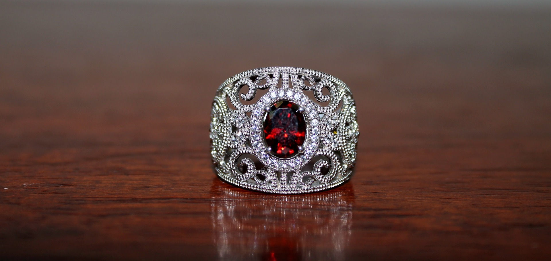 cristal norocos - granat - sfatulparintilor.ro - pixabay_com - ring-1374123_1920