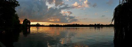 parcul herastrau -foto wikipedia_ Evening_at_Lake_Her-str-u_in_Bucharest,_2009_July_2
