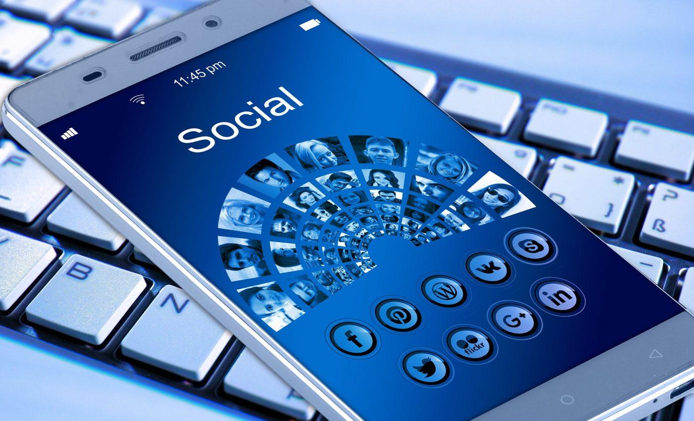 sa scoti din lista de facebook - sfatulparintilor.ro - pixabay_com - mobile-phone-1917737_1920
