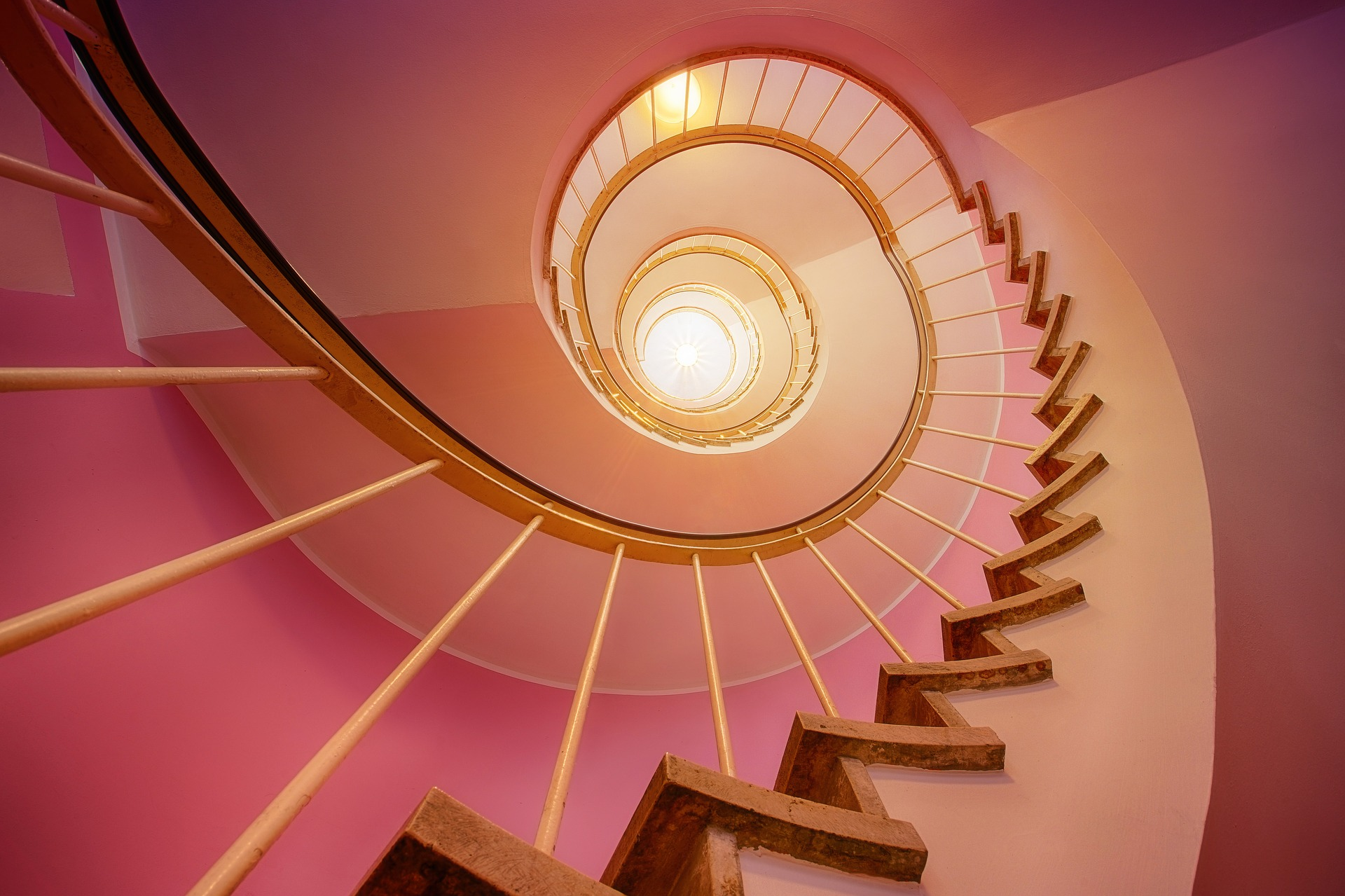 totul o ia razna - sfatulprintilor.ro - pixabay_com - stairs-3112405_1920