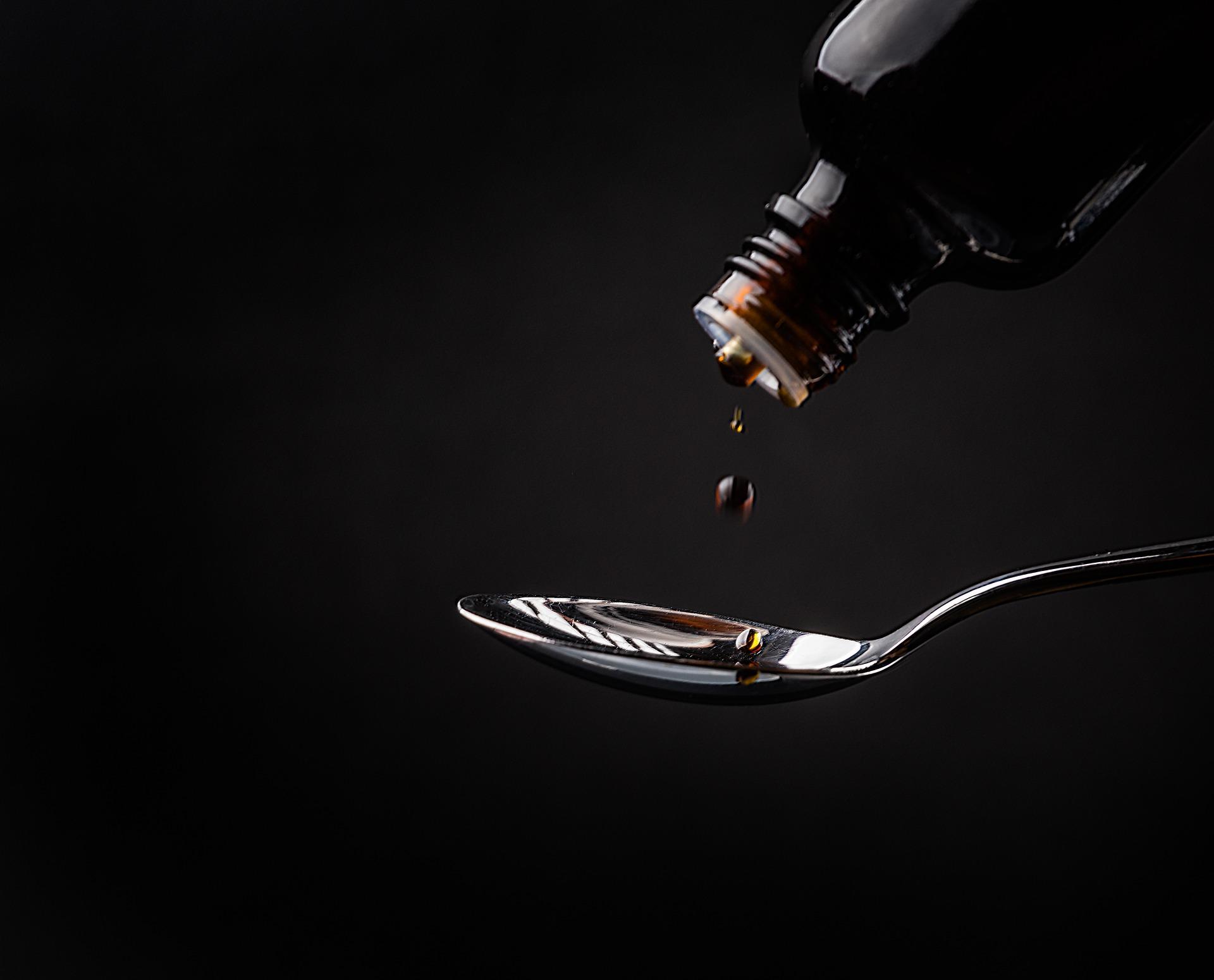 tuse seaca - sfatulparntilor.ro - pixabay_com - cough-syrup-2557629_1920