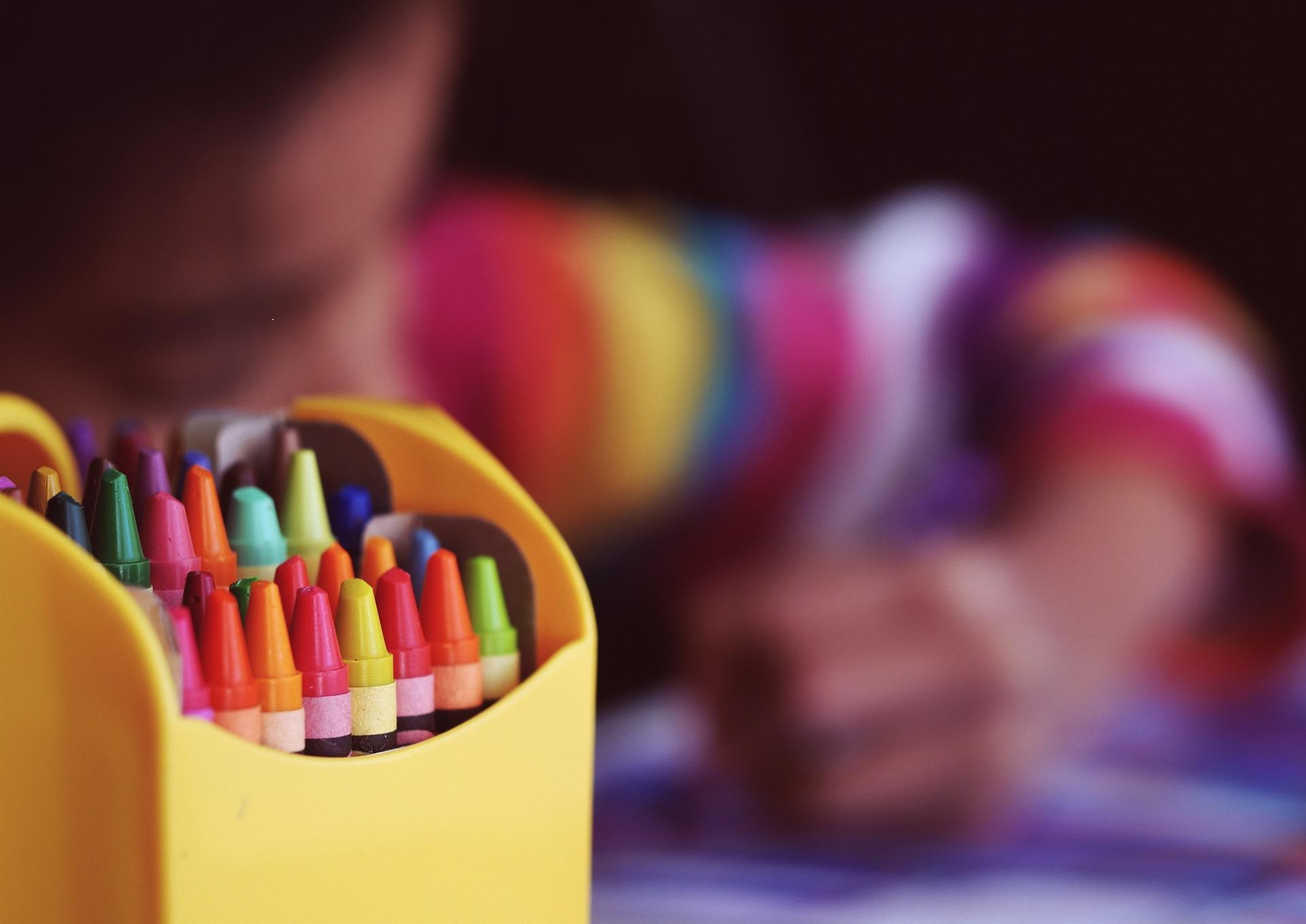 vacante scolare 2018-2019 - sfatulparintilor.ro - pixabay_coom - crayons-1209804_1920