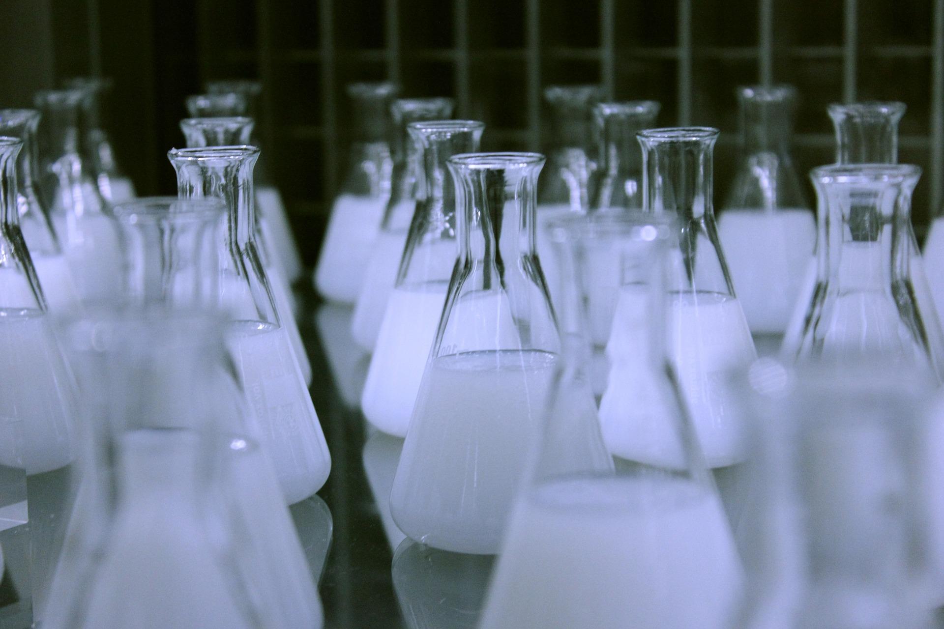 bicarbonatul de sodiu - sfatulparintilor.ro - pixabay_com - flasks-606612_1920