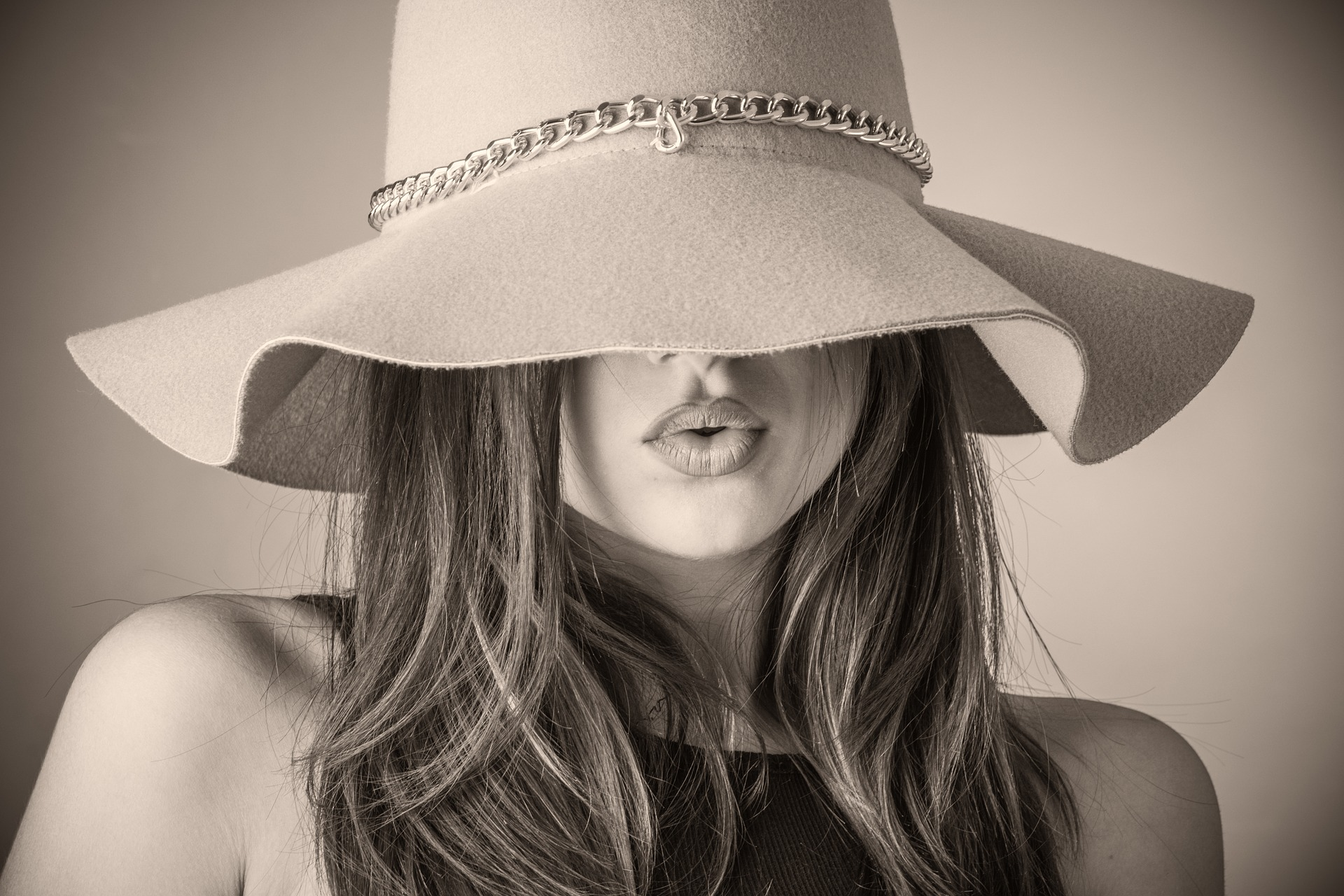 femei frumoase singure - sfatulparintilor.ro - pixabay_com - fashion-2309519_1920