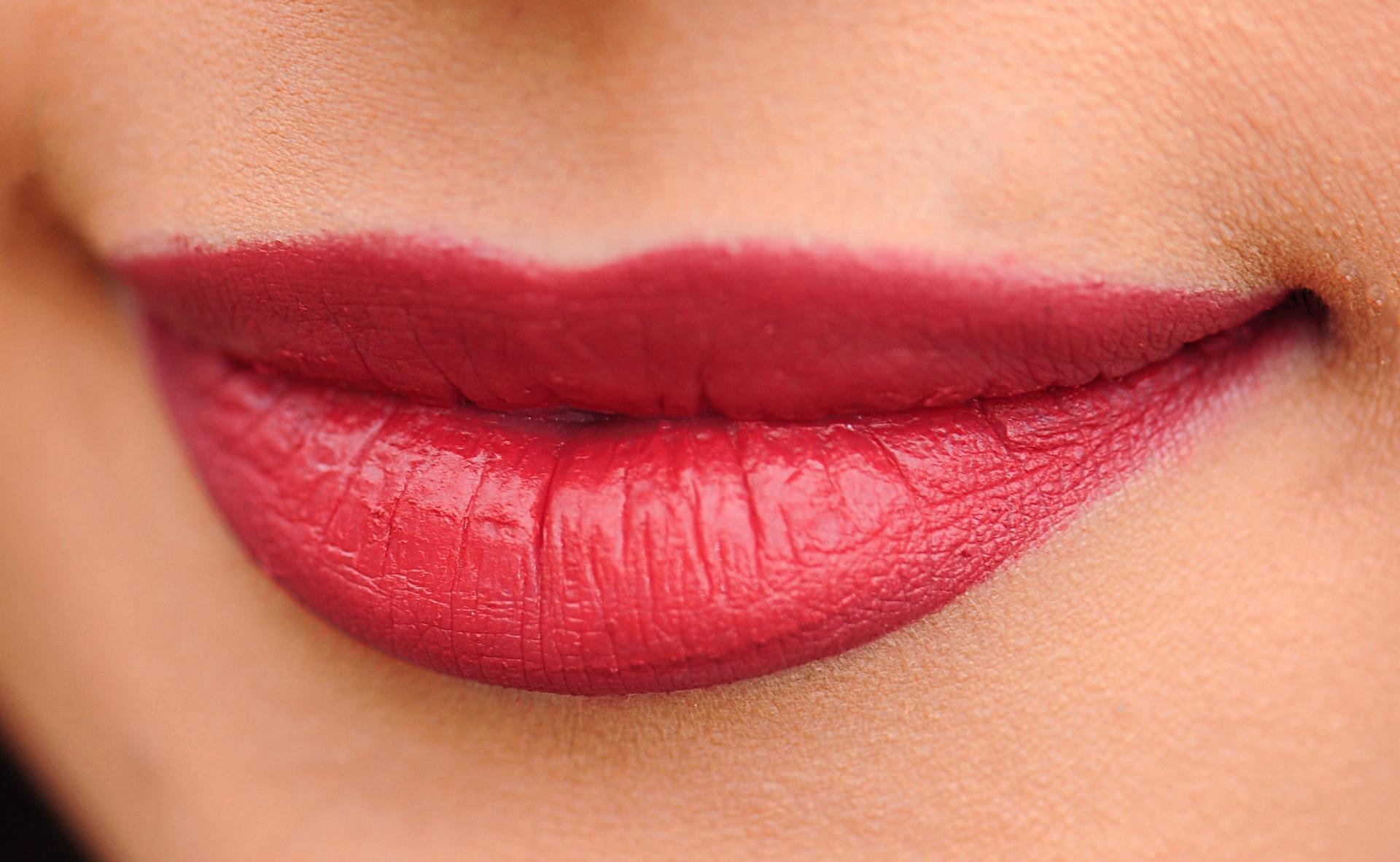 forma buzelor - buze simetrice - sfatulparintilor.ro - pixabay_com - lips-1690875_1920